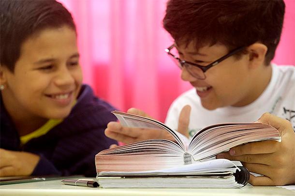Estudantes se divertem juntos durante prática de Atuação Educativa de Êxito
