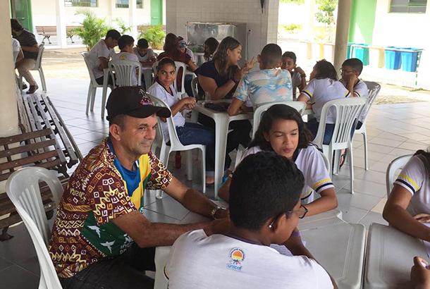 Seu Francisco, funcionário da escola, participa como voluntário dos Grupos Interativos