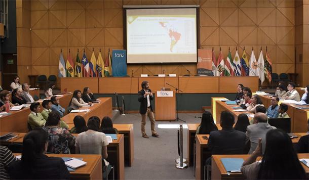 Jonás Waks exponiendo la experiencia de CdeA en América Latina