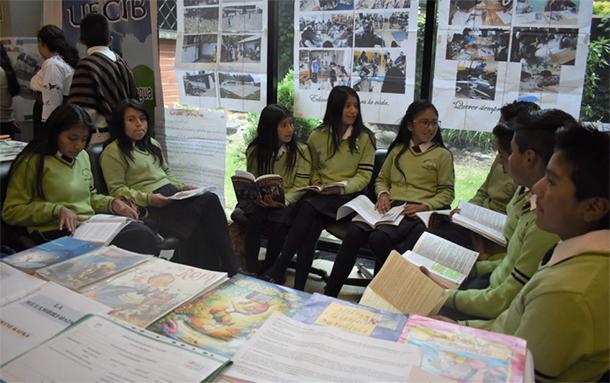 Estudiantes de CECIB Cayambe realizando Tertulias Literarias en casa abierta