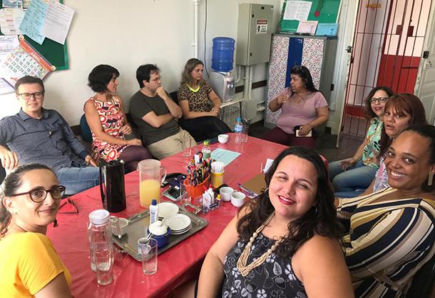 Reunião entre técnicas(os) e gestoras(es) escolares de Taubaté e Tremembé, e formadoras(es) do Instituto Natura durante uma visita casada