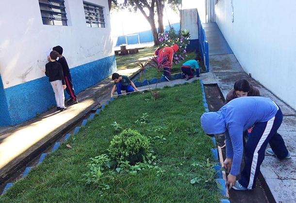 Estudantes da EM Benedicta aprendem a medir perímetro em atividade no jardim da escola