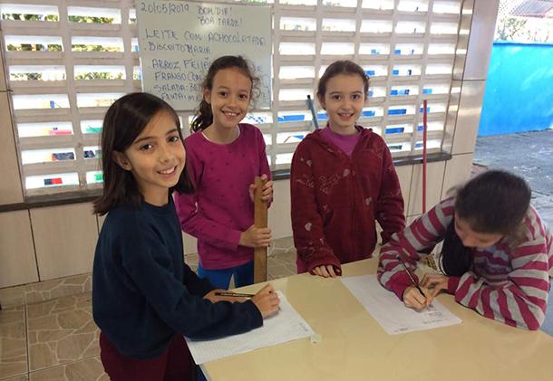 Alunas da escola Benedicta realizam juntas atividades da Biblioteca Tutorada