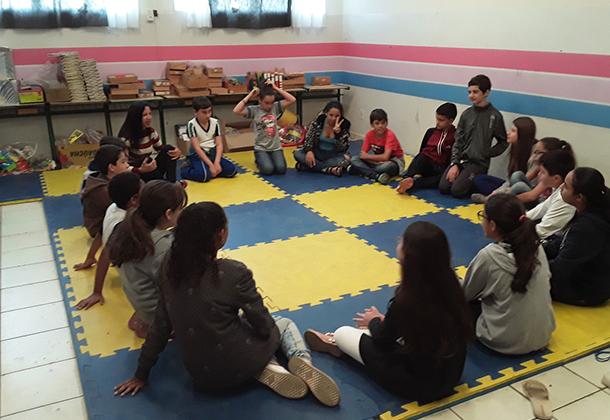 Estudantes da EMEF Adirce Cenedeze Caveanha participam da Biblioteca Tutorada acompanhados por mãe voluntária