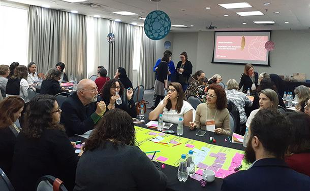 Formadoras e formadores participam de mesas temáticas e planejam ações de CA para seus municípios