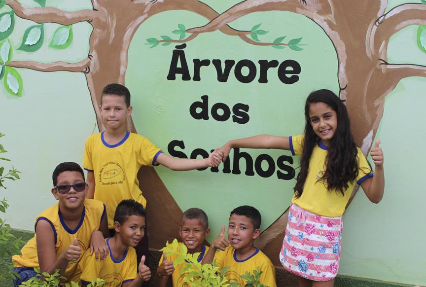Estudantes da EM Prof Nilda Maria Carvalho diante na árvore dos Sonhos, em Iraquara (BA)