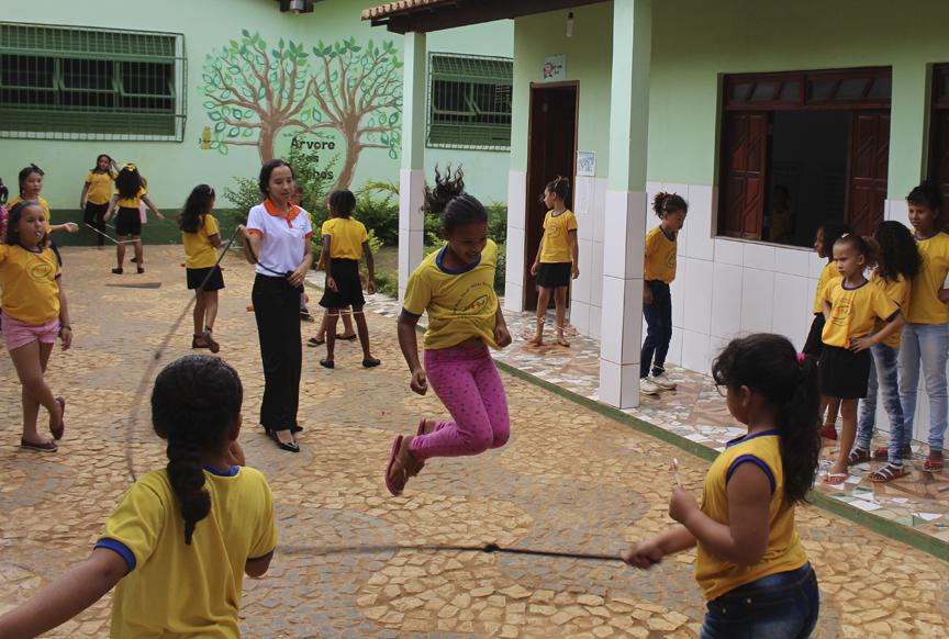 Crianças brincam no pátio da escola Nilda Maria Carvalho (Iraquara/BA)